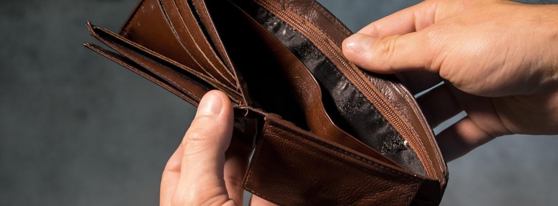 manos mostrando una cartera vacía
