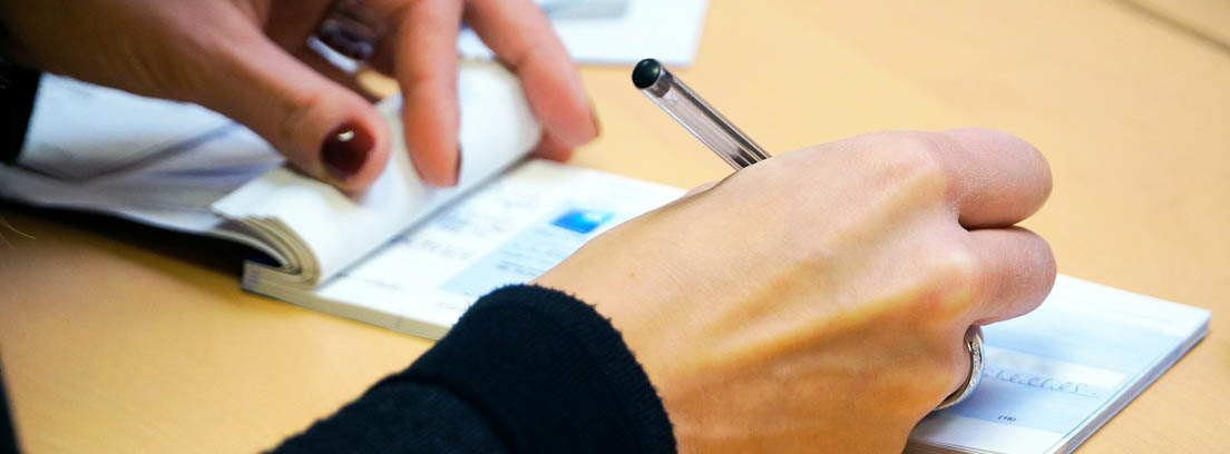 persona rellenando un cheque