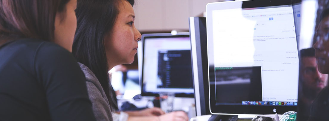 dos personas frente a un ordenador