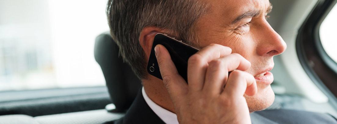 hombre de negocios hablando por el móvil