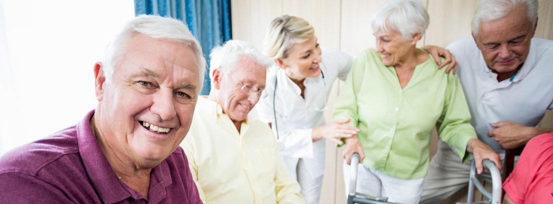 Personas mayores con tabletas