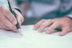 Hombre firmando un contrato de traspaso de negocio