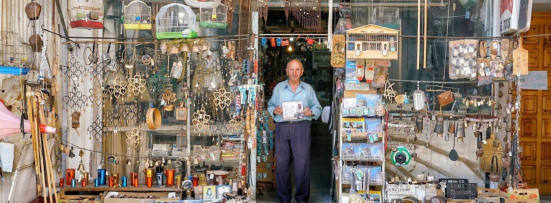 hombre en una tienda antigua realizando un contrato de traspaso de negocio