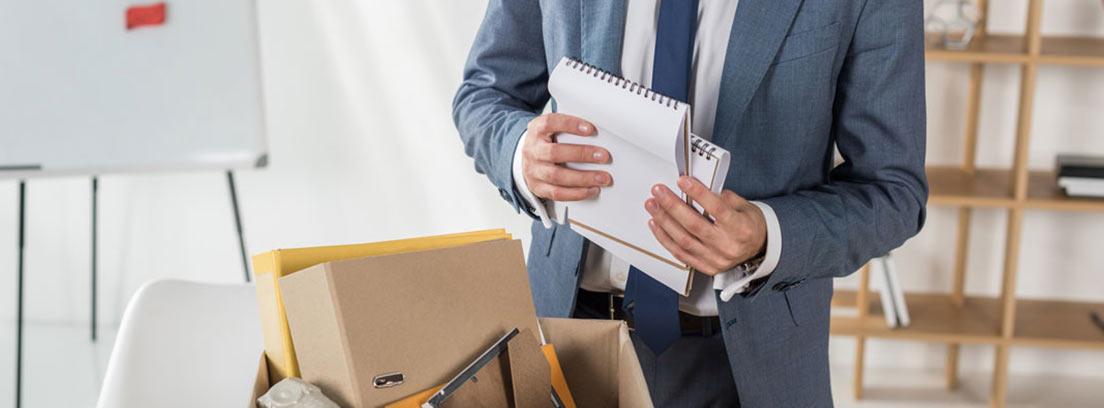 Hombre recogiendo sus pertenencias en una oficina