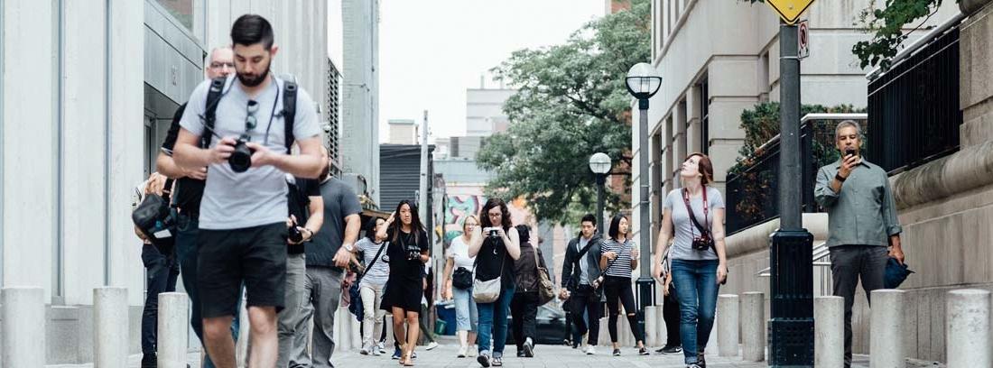 Gente paseando por ciudad