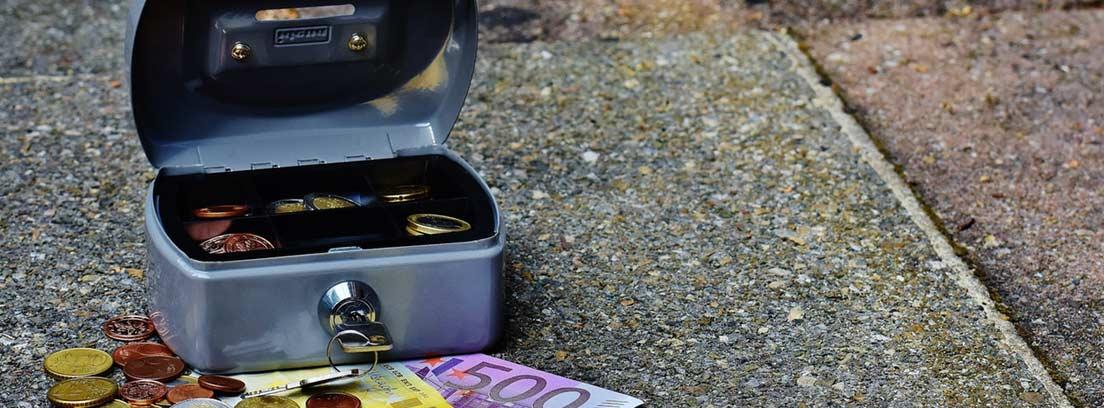 Caja con llave abierta y con dinero al lado