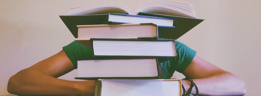 Persona oculta detrás de una columna de libros