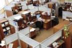 varias personas trabajando en una oficina