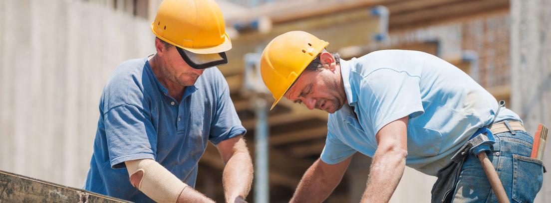 dos hombres trabajando en la construcción