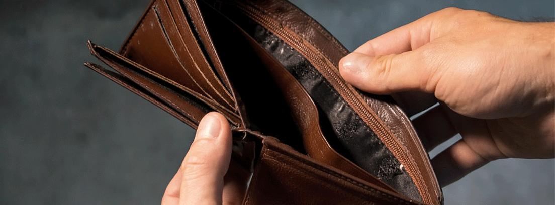 hombre mostrando su billetera vacía