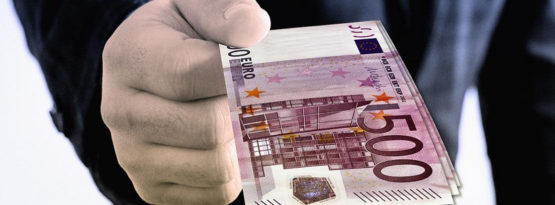 hombre dando un billete de 500 euros