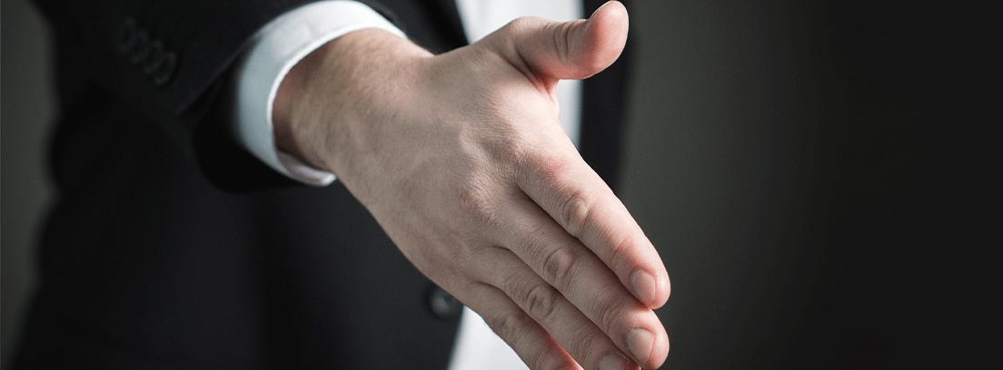 Persona ofrece su mano al frente para ser estrechada