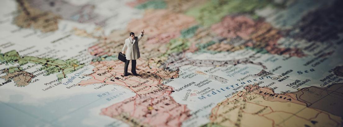 Mapa de Europa con la figura de un hombre con una maleta sobre Francia