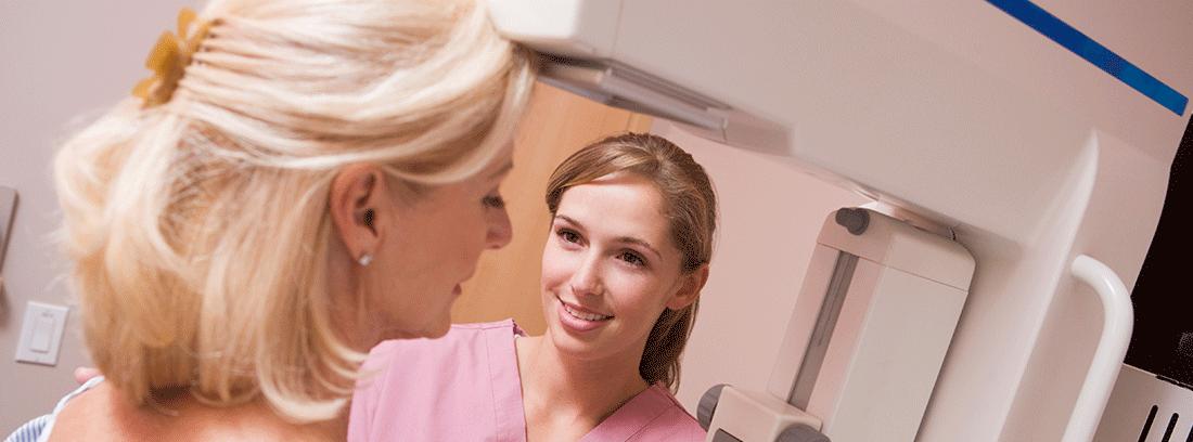 mujer sometiéndose a una mamografía