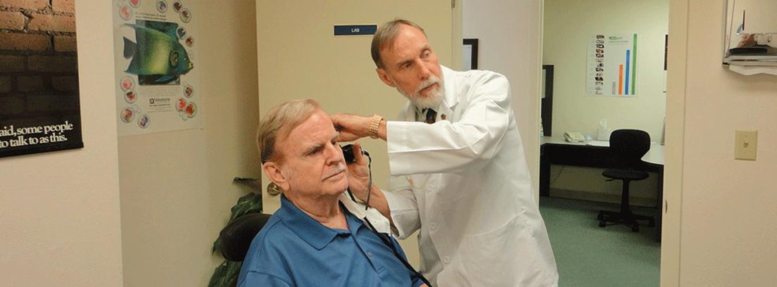 hombre analizando su audición