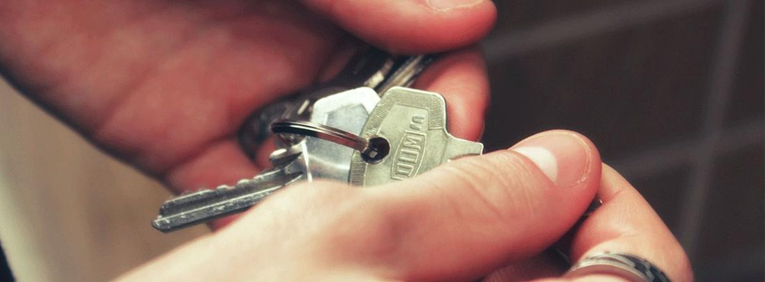 manos mostrando las llaves de una casa