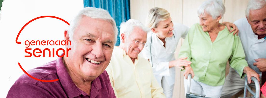 grupo de personas mayores acompañados de enfermera
