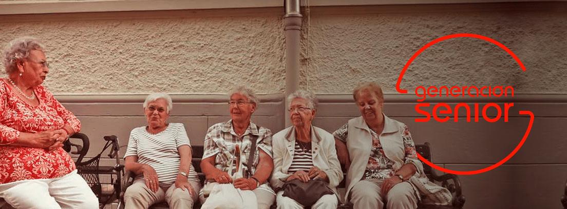 Mujeres mayores sentadas en un banco