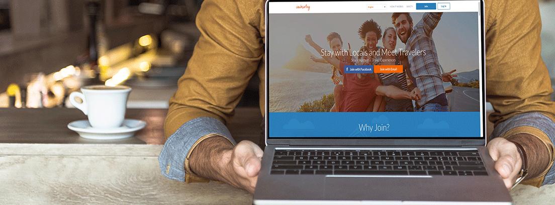 hombre mostrando su ordenador con una web