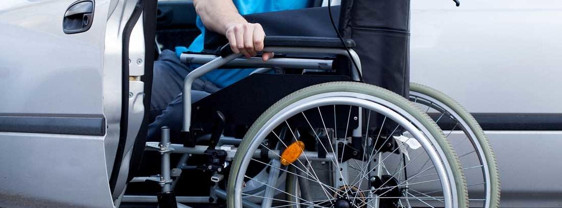 persona con discapacidad introduciendo su silla en un coche
