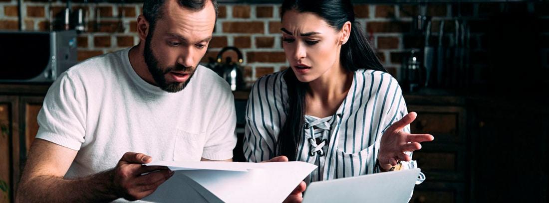 Hombre y mujer mirando unos papeles