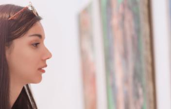 Pareja observando cuadros en una galería de arte