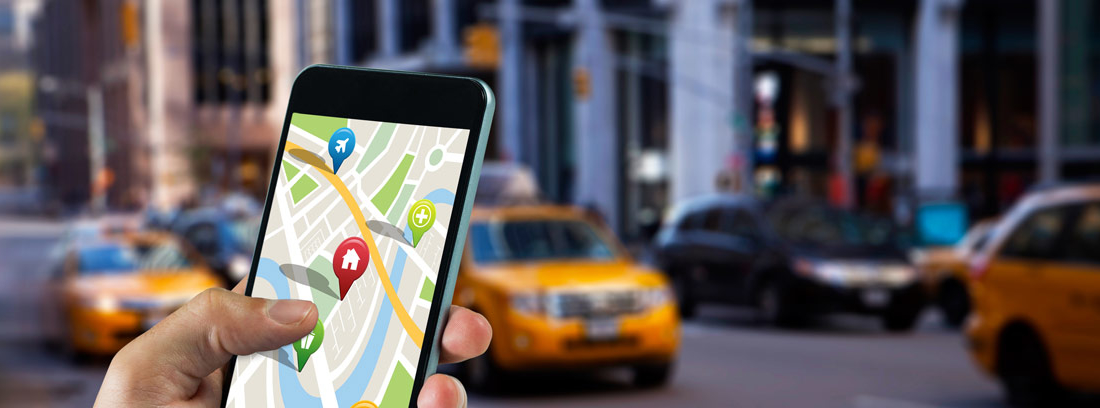 Persona reservando un taxi desde el móvil