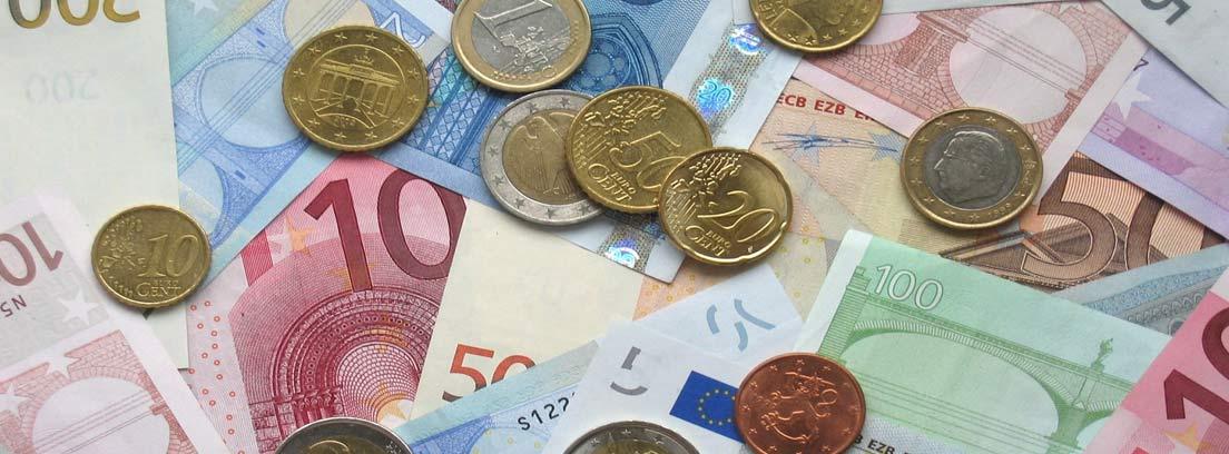 Vista cenital de billetes y monedas de euro