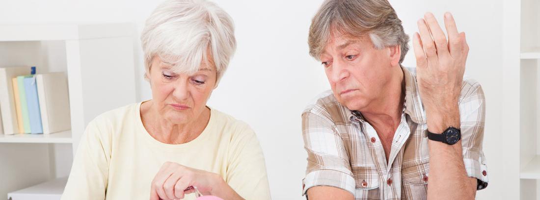 Dos personas mayores realizando cálculos