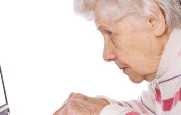 Mujer mayor utilizando un ordenador