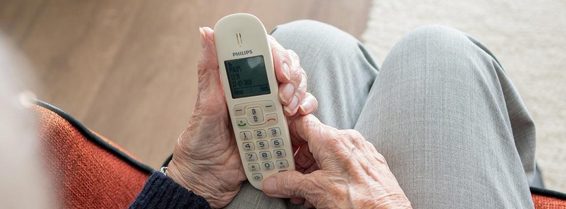 Señor mayor usando un teléfono