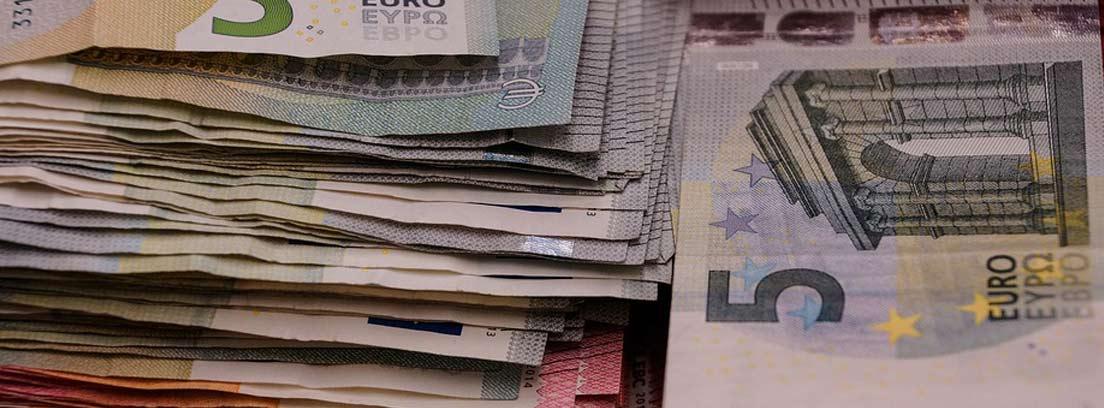 Billetes de euro apilados