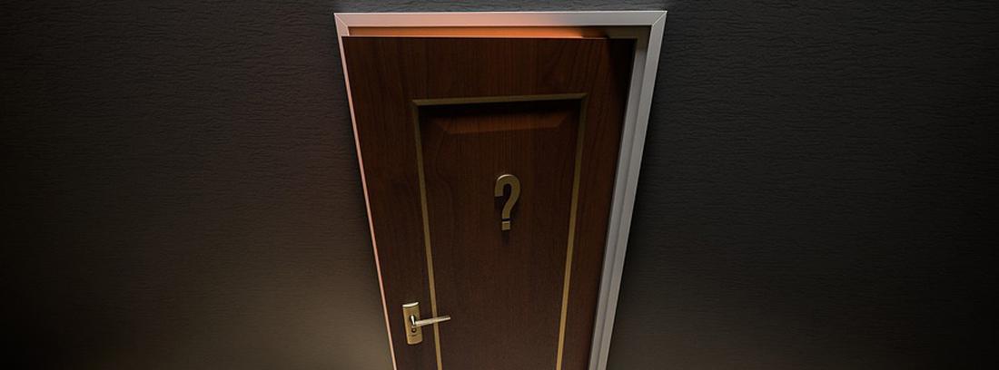 Puerta entreabierta con una interrogación