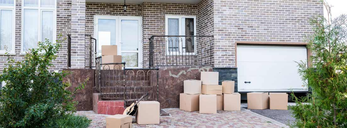 Casa con cajas de cartón delante