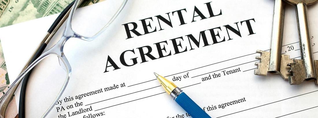 Contrato de alquiler junto a llaves y bolígrafo