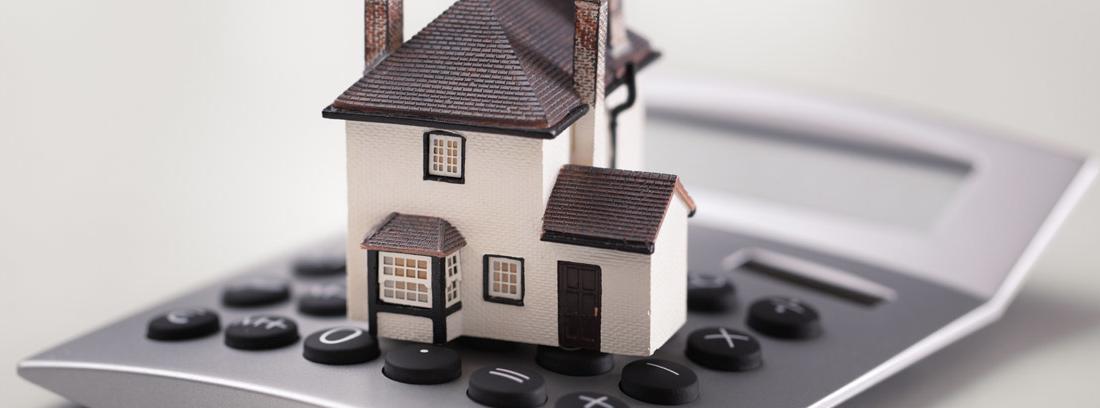 casa colocada sobre una calculadora