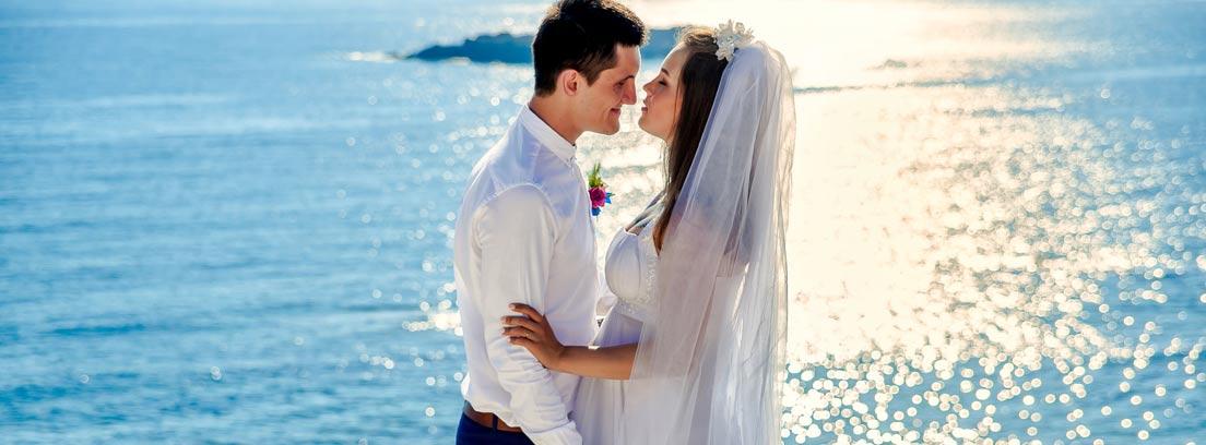 Hombre y mujer vestidos de novios con fondo de mar