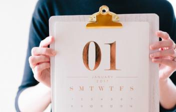 Hoja de calendario con días naturales y laborales de enero