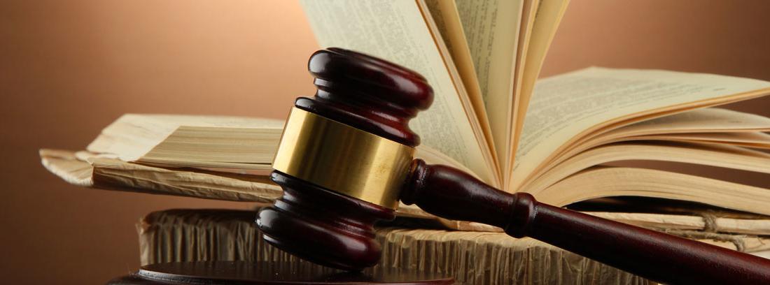 Mazo de juez y libro, como símbolo del poder judicial y legislativo