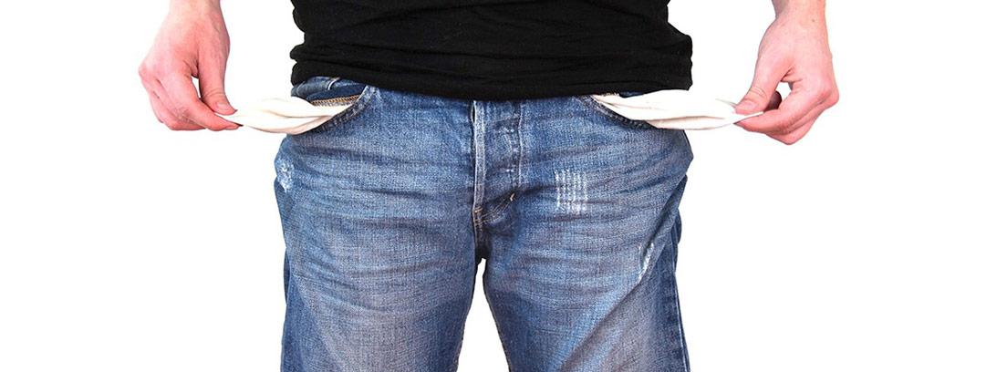Hombre mostrando el interior de sus bolsillos vacíos