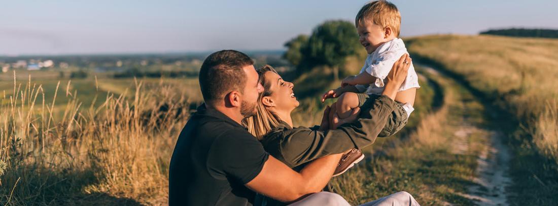 Familia feliz sentada en el campo