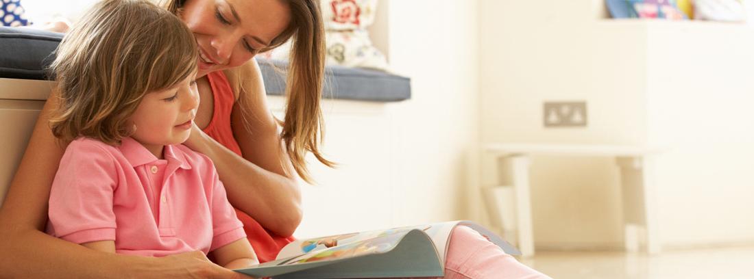 Madre con su hijo leyendo un cuento