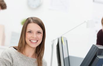 Personas sonrientes junto a ordenadores