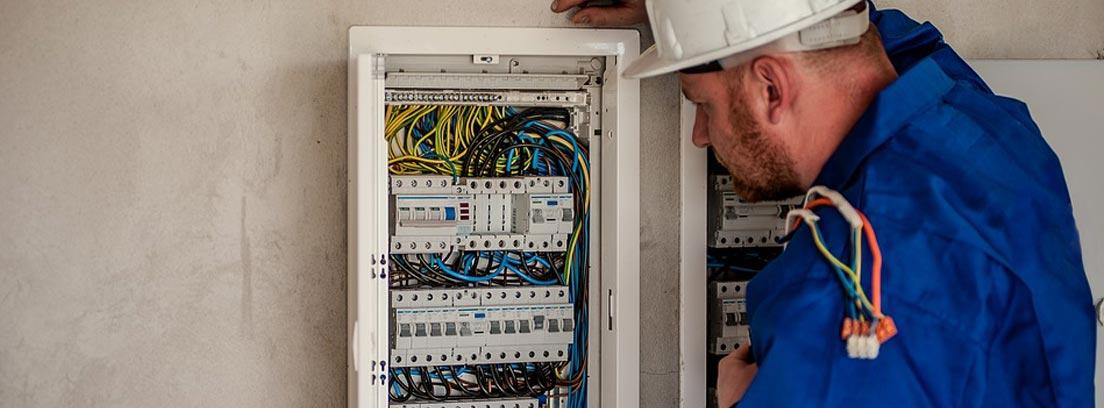 electricista comprobando una instalación