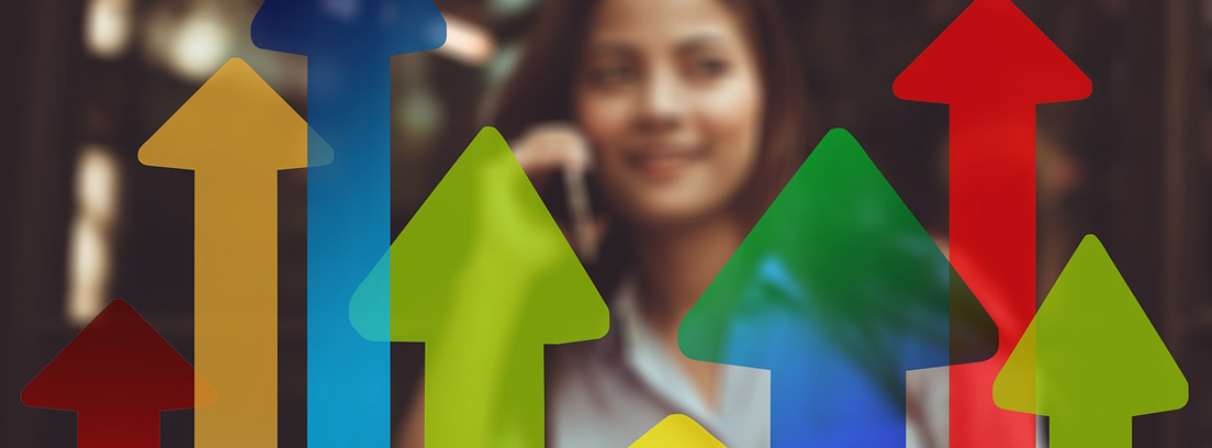 Flechas de diferentes colores delante de imagen mujer