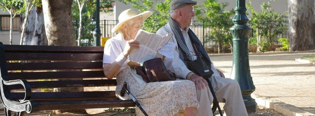 Dos ancianos sentados en un banco