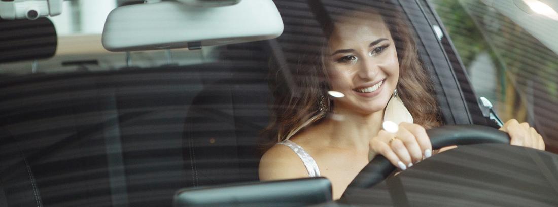 Mujer en el interior de un coche