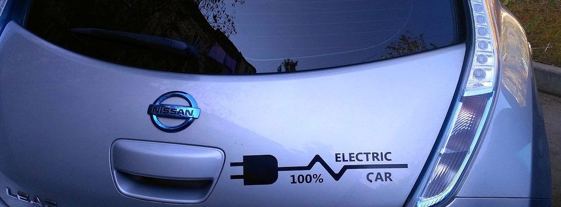 Trasera de un coche Nissan 100 por cien eléctrico
