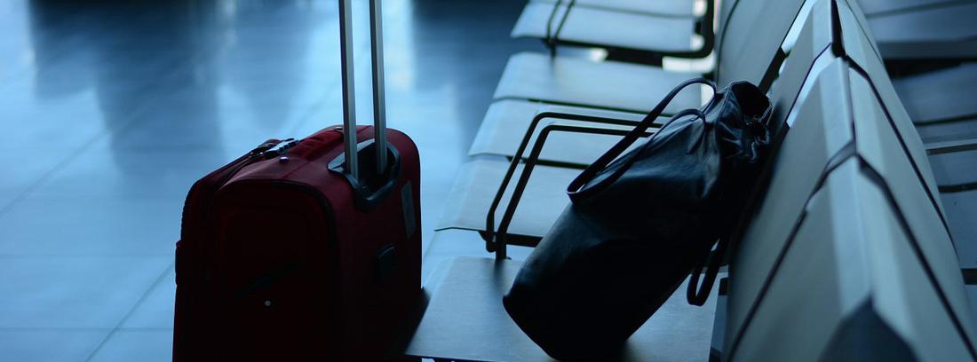 Maleta y bolsa en una sala de espera de un aeropuerto