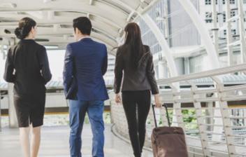 tres personas caminando por una terminal de aeropuerto